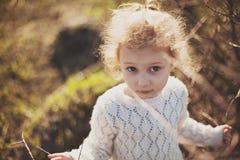 Portret van een klein meisje die op het gebied lopen Royalty-vrije Stock Fotografie