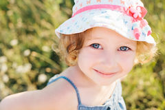 Portret van een klein meisje die op het gebied lopen Royalty-vrije Stock Foto