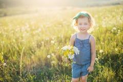 Portret van een klein meisje die op het gebied lopen Stock Fotografie