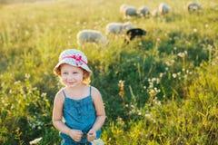 Portret van een klein meisje die op het gebied lopen Stock Afbeelding