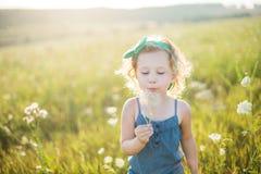 Portret van een klein meisje die op het gebied lopen Stock Foto's