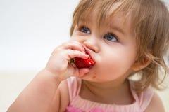 Portret van een klein meisje met aardbei Royalty-vrije Stock Foto