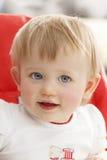 Portret van een klein meisje met blauwe ogen dat glimlacht en de camera bekijkt Royalty-vrije Stock Foto