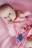 Portret van een klein meisje met vinger in mond stock fotografie