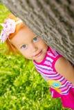 Portret van een klein meisje op de aard royalty-vrije stock afbeelding