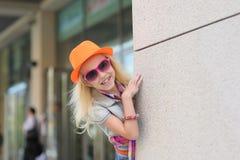 Portret van een klein meisje in zonnebril Royalty-vrije Stock Foto