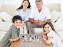 Portret van een kleine familie in hun woonkamer Stock Fotografie