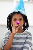 Portret van een kleine jongen bij een verjaardagspartij stock foto's