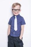 Portret van een kleine jongen in grappige glazen en band school peuter Manier Studioportret over witte achtergrond wordt geïsolee Stock Afbeeldingen