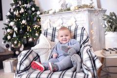 Portret van een kleine jongen met een gift Nieuwjaar` s vakantie royalty-vrije stock afbeeldingen