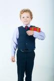 Portret van een kleine jongen met giftdoos Stock Foto