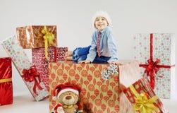 Portret van een kleine jongen op de reusachtige gift Stock Fotografie