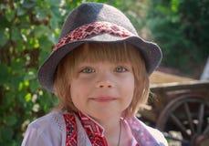 Portret van een kleine jongen in een wit geborduurd overhemd en een hoed royalty-vrije stock foto