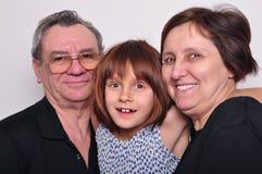 Portret van een kleinkind met grootouders Royalty-vrije Stock Foto's