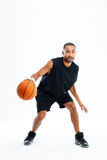Portret van een knappe Afrikaanse mens die in basketbal spelen Stock Fotografie