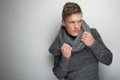 De knappe Sjaal van de Winter van de Holding van de Mens stock afbeeldingen