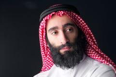 Portret van een knappe jonge Arabische mens met een dichtbegroeide baard Royalty-vrije Stock Foto's