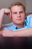 Portret van een knappe jonge mens stock afbeeldingen