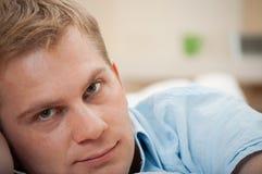 Portret van een knappe jonge mens royalty-vrije stock afbeelding
