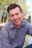 Portret van een knappe jonge mens die in openlucht ontspannen Royalty-vrije Stock Fotografie