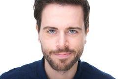 Portret van een knappe jonge mens met baard het glimlachen Stock Foto's