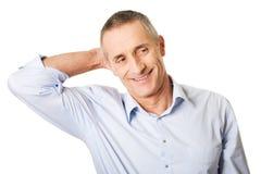 Portret van een knappe mens wat betreft zijn hoofd Stock Foto
