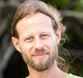 Portret van een knappe ruwe gebaarde mens Stock Fotografie