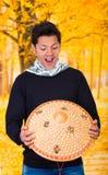 Portret van een knappe Spaanse jonge bedrijfskerel die een Aziatische kegelhoed op autumachtergrond houden Royalty-vrije Stock Fotografie