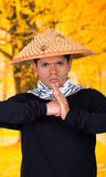 Portret van een knappe Spaanse jonge bedrijfskerel die het Aziatische kegelhoed doen dragen traditionele groeten met van hem Stock Foto's