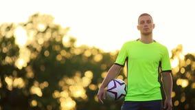 Portret van een knappe voetbalster met zijn die wapens in opleiding worden gekruist stock footage
