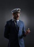 Portret van een knappe zeeman op een donkere achtergrond Royalty-vrije Stock Foto