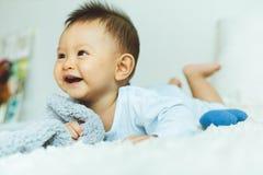 Portret van een kruipende baby op het bed in haar ruimte stock afbeeldingen