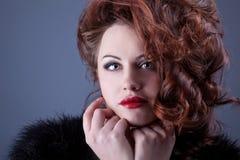 Portret van een krullend roodharig meisje met rode lippen Royalty-vrije Stock Foto