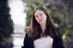Portret van een langharig meisje die zich tegen de rivier en het bos bevinden royalty-vrije stock foto's