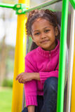 Portret van een leuk Afrikaans meisje bij speelplaats Royalty-vrije Stock Foto's