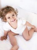 Portret van een leuk babymeisje die hierboven glimlachen van Stock Fotografie