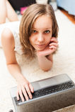 Portret van een leuk blondemeisje met laptop computer Royalty-vrije Stock Afbeeldingen