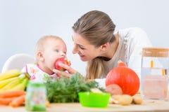Portret van een leuk en gezond babymeisje die met nieuwsgierigheid kijken royalty-vrije stock afbeelding