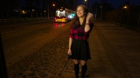 Portret van een leuk glimlachend tienermeisje op een straat van de nachtstad Het lachen en het hebben van pret stock video