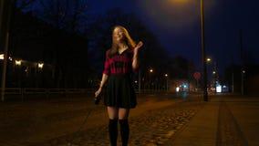 Portret van een leuk glimlachend tienermeisje op een straat van de nachtstad Het lachen en het hebben van pret stock footage