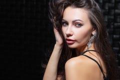 Portret van een leuk jong brunette royalty-vrije stock afbeelding
