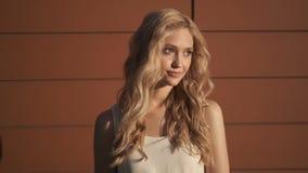 Portret van een leuk jong meisje met blond haar stock videobeelden