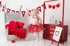 portret van een leuk klein babymeisje in een verfraaide vakantiestudio van de dag van Valentine ` s Stock Afbeeldingen