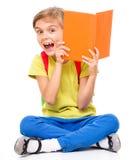 Portret van een leuk klein schoolmeisje met rugzak Stock Afbeeldingen