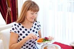 Portret van een leuk meisje bij de ontbijtlijst Stock Afbeelding