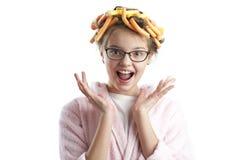 Portret van een leuk meisje in een badjas en krulspelden Stock Afbeelding
