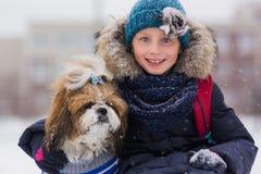 Portret van een leuk meisje met een hond in een de winterpark Meisje dat Hond koestert stock afbeeldingen