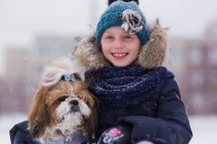 Portret van een leuk meisje met een hond in een de winterpark Meisje dat Hond koestert stock foto's