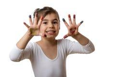 Portret van een leuk vrolijk meisje die haar geschilderde handen tonen Royalty-vrije Stock Foto