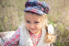 Portret van een leuk vrolijk meisje op een aard Stock Afbeeldingen